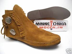 Minnetonka-Moccasin-Two-Button-Boot-Mokassin-442