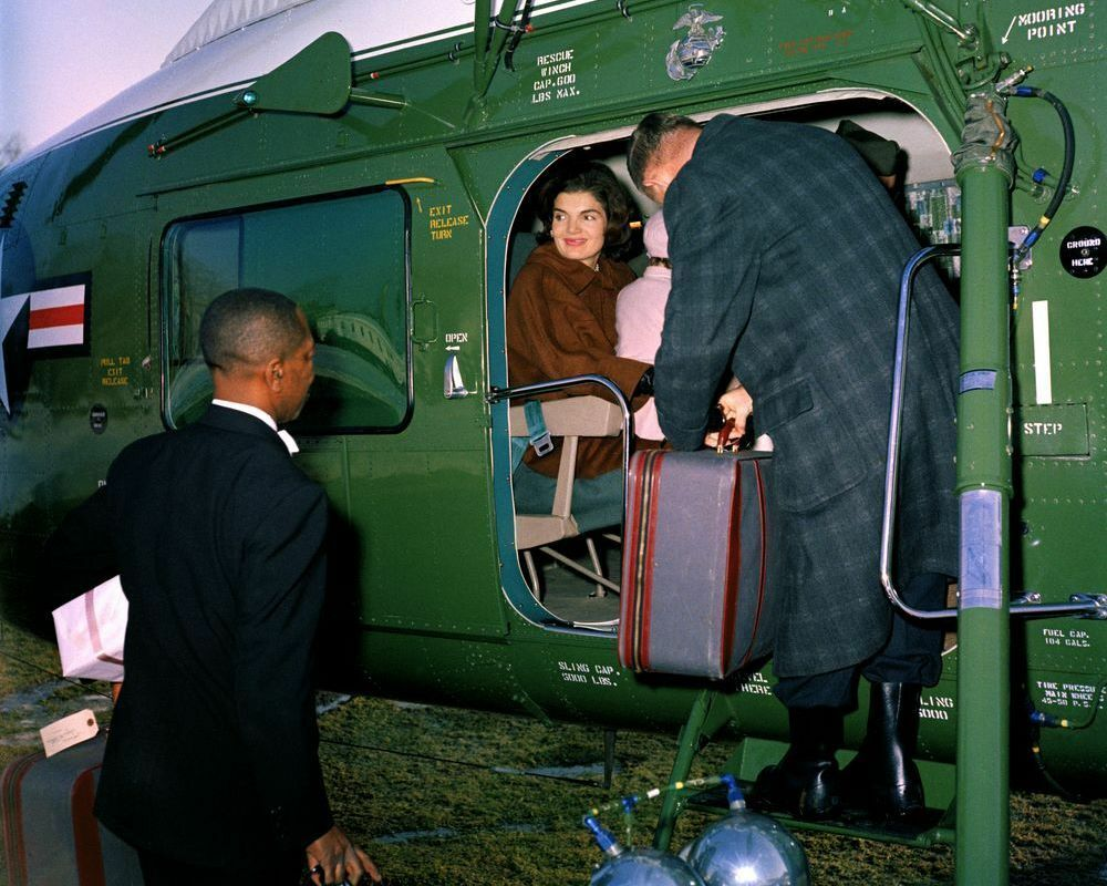 First lady jackie kennedy and caroline depart for glen ora for Glen ora middleburg va
