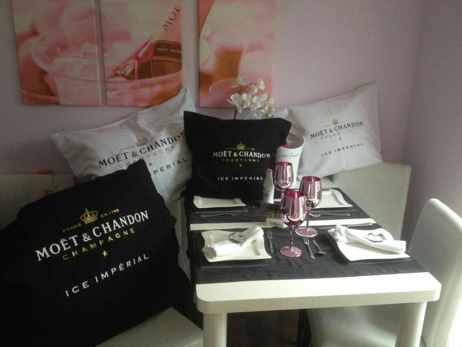 moet chandon ice imperial lounge kissen 60x60 party vip champagner schwarz neu eur 12 50. Black Bedroom Furniture Sets. Home Design Ideas