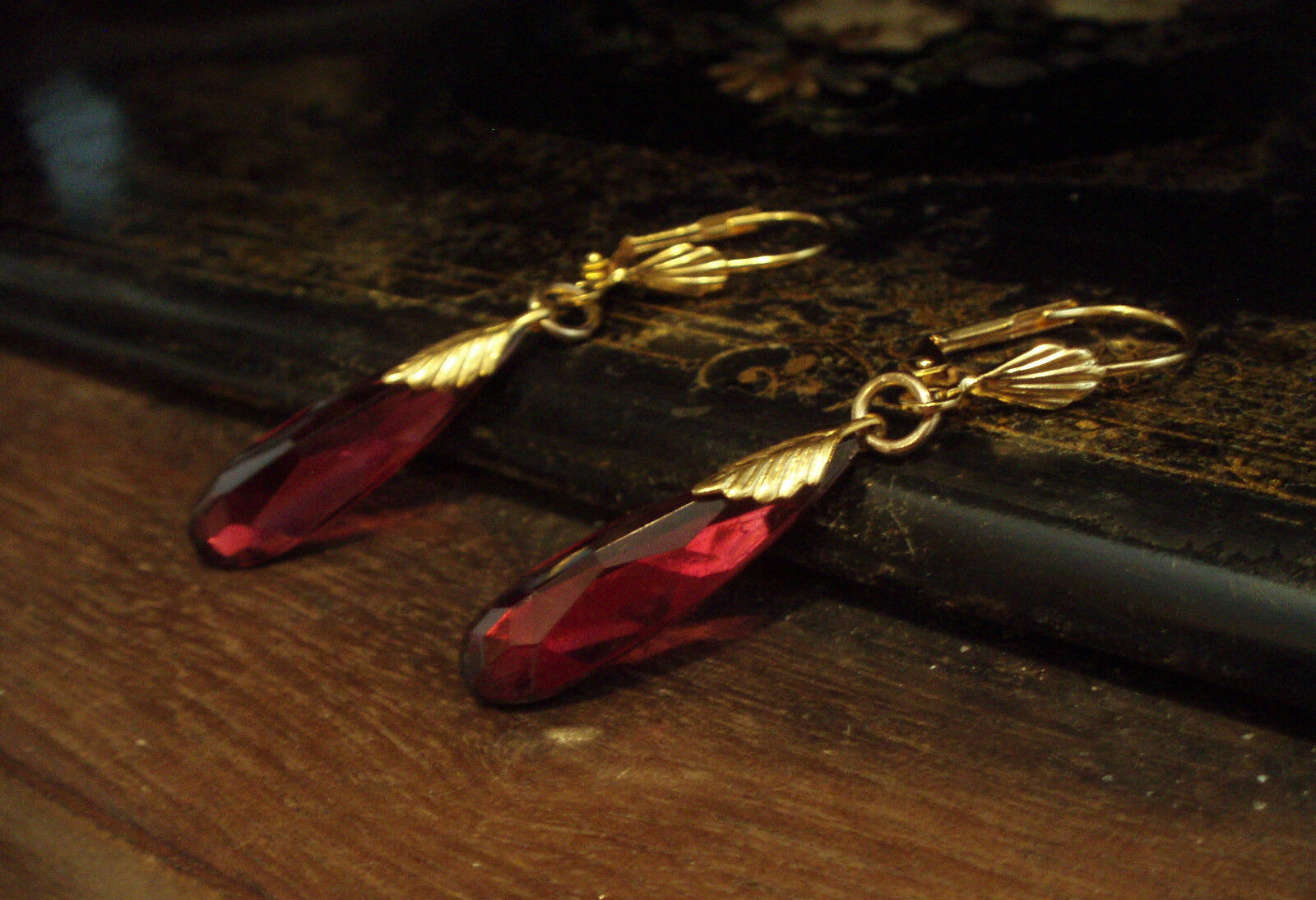 Vintage deco red glass drop hook earrings with gold leaves for Deco 90 fut 18