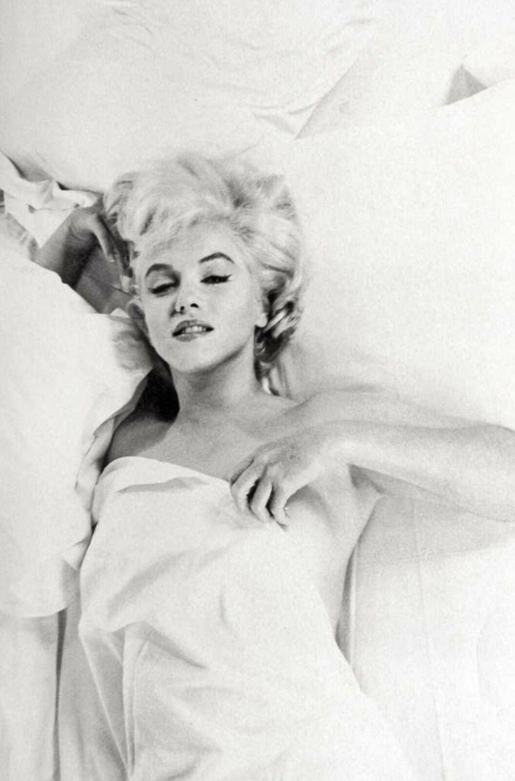 FRAMED PRINT - Marilyn Monroe Laying in Bed (Black & White Picture ...