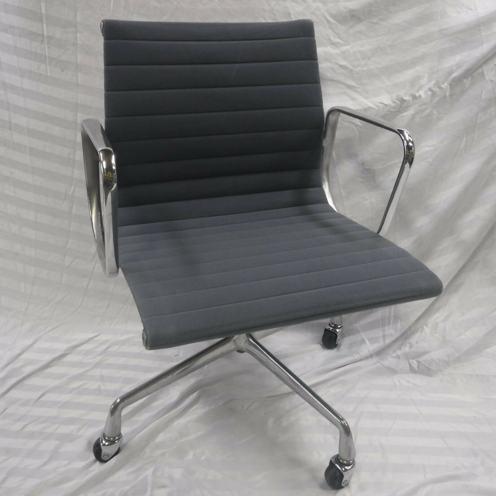 1 Of 12Only 1 Available Refurbished Herman Miller Eames Aluminum Group  Management Chair   Light Blue