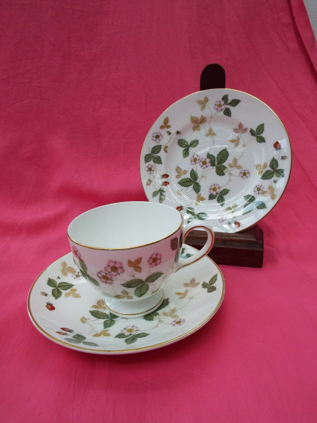 wedgwood bone china trio cup saucer plate wild strawberry picclick uk. Black Bedroom Furniture Sets. Home Design Ideas
