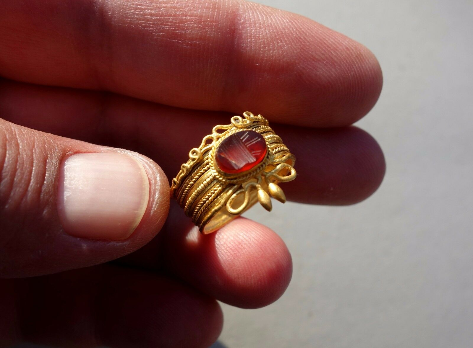 ancient Roman pure gold coiled snake shaped ring,and intaglio illustration altar