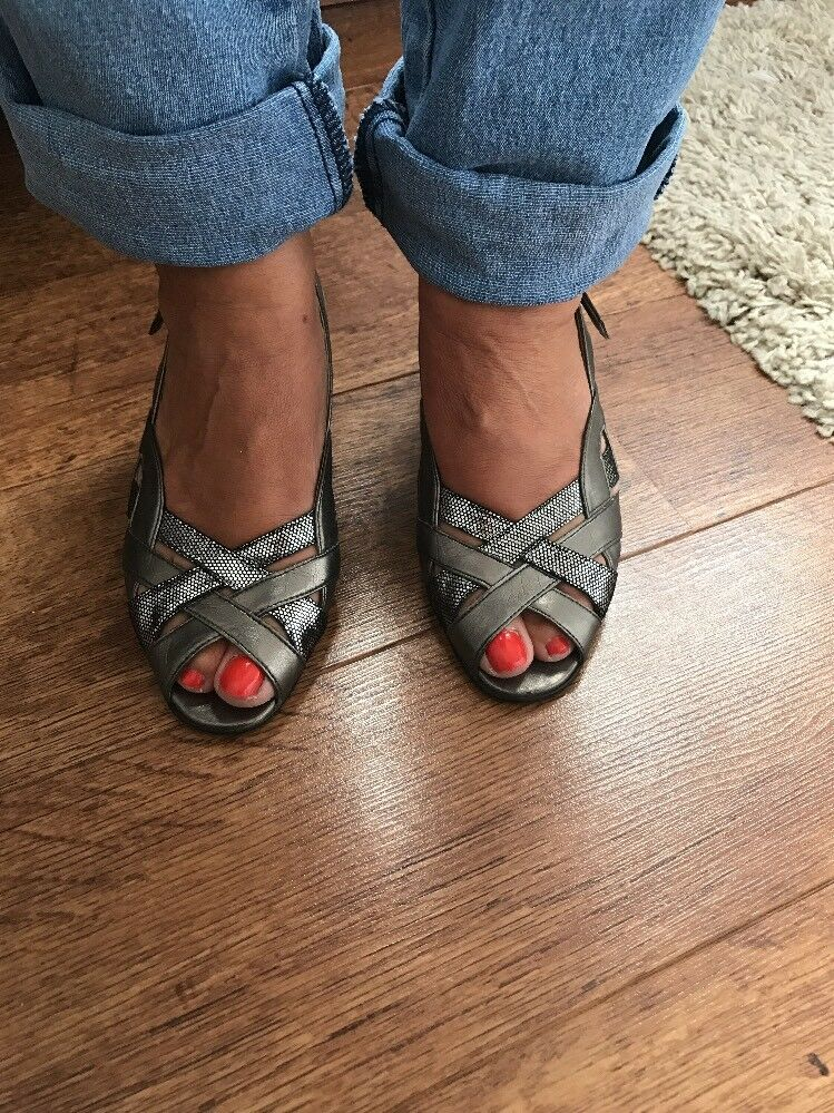 US Size Sandals and Flip Flops for Women Sandals and flip-flops use straps to hold the sole of the shoe onto the wearer's foot. Women's sandals have plenty of open space along the upper part of the shoe, and so they are lightweight and breathable.