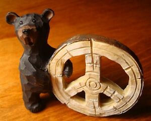 BLACK-BEAR-HOLDS-PEACE-SYMBOL-SIGN-Lodge-Faux-Wood-Carved-Cabin-Decor-Figurine