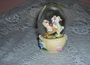 Vintage-Art-Glass-Snow-Globe-Easter-Rabbits-Bunnies-Carrots-Paperweight
