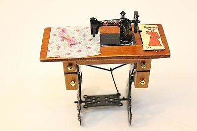 NEW Dolls House Miniature Old Fashioned Sewing Machine Very Detailed Design