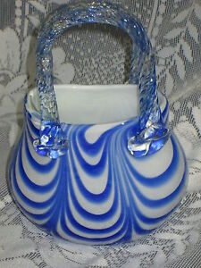 7-75-034-stretched-blue-amp-white-ART-GLASS-PURSE-Shaped-VASE-Figurine