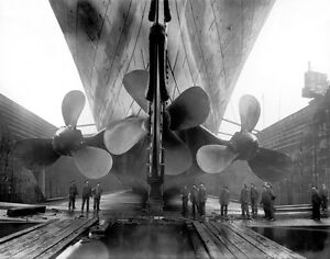 RMS-Titanic-Propellers-1911-with-workers-Amazing-Photo