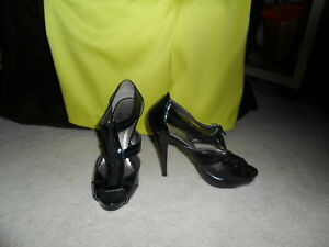 Zapatos con tiras de patente