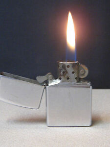 Zippo-Bright-Chrome-Cigarette-Lighter-Year-2004-Lights-Almost-every-Time