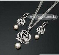 Hollow-Rose-Crystal-Pearl-necklace-amp-earring-set-free-ship