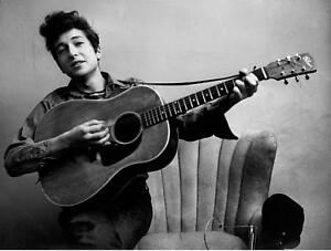 BOB-DYLAN-8X10-B-amp-W-PHOTO-YOUNG-WITH-GUITAR