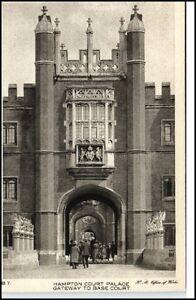 1910-20-Hampton-Court-Palace-Gateway-to-Base-Court-AK
