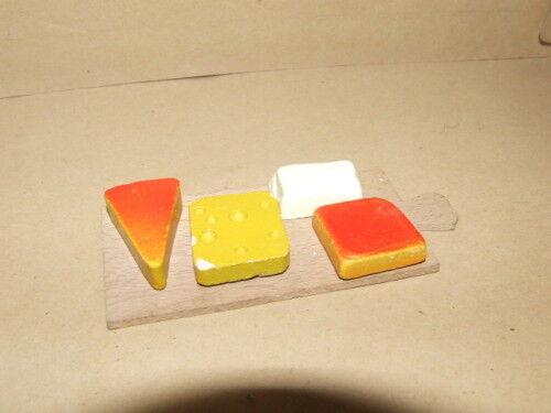 # Altes Brettchen mit Käse usw-Kaufladen-Puppenstube-1:10