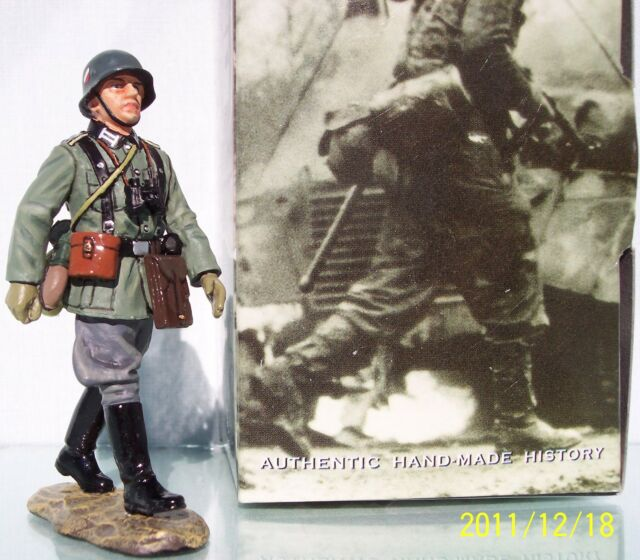 KING & COUNTRY WW2 GERMAN ARMY WS095 MARCHING OFFICER MIB