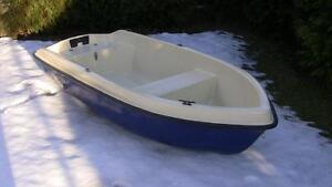 Sehr-kleines-240-GFK-Boot-Ruderboot-Angelboot-klein-Beiboot-verschiedene-Farben