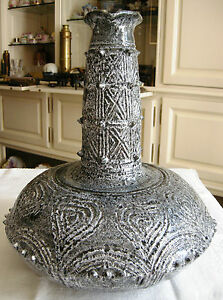"""ORIGINAL VASE EN CERAMIQUE - France - Original vase en céramique, De forme """"toupie"""",il est muni d'un long col conique. La base est décorée de coeurs incisés et le col de croisillons. La base et le col ont des ergots Il mesure: 43,5 cm de hauteur, diamtre la base: 20 cm, diamtre a - France"""