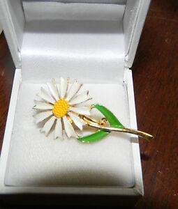 Cute-Dainty-Vintage-Gold-White-Yellow-Enamel-Easter-Daisy-Flower-Brooch