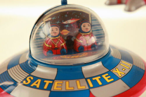 SPACE SHIP TIN TOY RETRO & ASTRONAUT SPACESHIP MYSTERY ACTION COLLECTABLE
