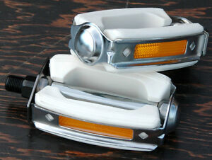 White-Schwinn-Stingray-Krate-Bicycle-Bow-Pedals-Vintage-Cruiser-Bike-Pedal-1-2-034