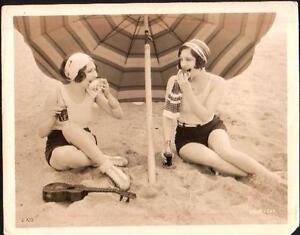 Pin-ups-JOAN-CRAWFORD-DOROTHY-SEBASTIAN-on-the-beach-f8629