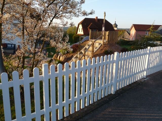 Gartenzaun; Lattenzaun; Zaun aus Kunststoff gerade oder geschwungen cm-genau