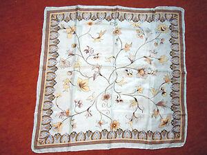 Wunderschoenes-Tuch-Reine-Seide-52x52-cm-florale-Muster-Blueten-u-Knospen-Sommer