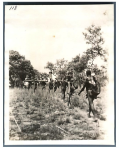 Tchad-Indigenes-porteurs-en-marche-Vintage-silver-print-Serie-de-photos-avec