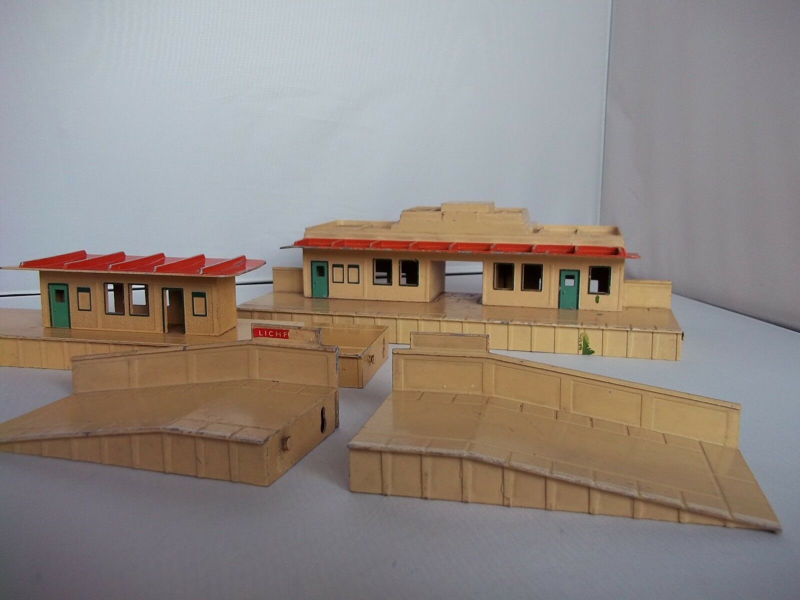 Hornby Dublo Meccano OO Gauge Die-Cast Art Deco Station Waiting Room and Ramps