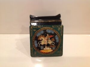 Russian-Troyka-Hand-Painted-Palekh-Russian-Green-Lacquer-Box-Signed