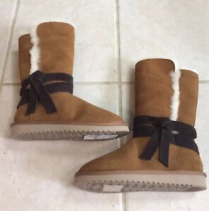 a27a23bb48e Details about KOOLABURRA BY UGG WOMENS CHESTNUT BROWN ROZALIA TALL FAUX  SUEDE BOOTS W/BOW 6M