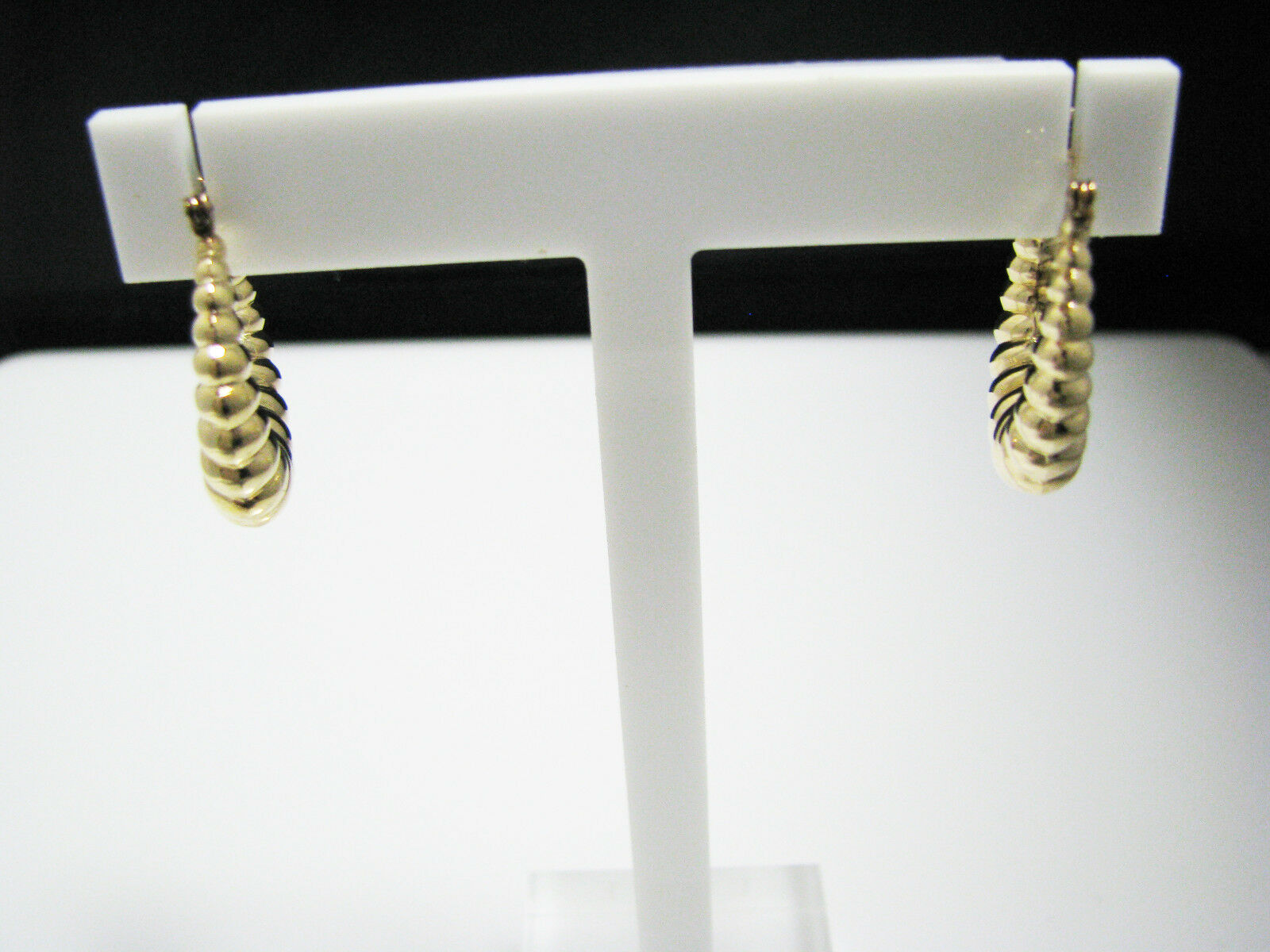 C928 Pretty 14k Yellow gold Hoop Earrings with a Shell Design - Hollow