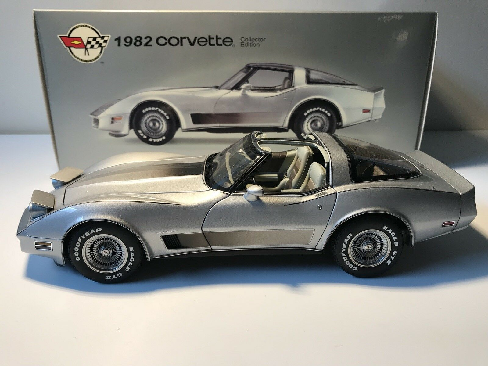 1 18 AutoArt Chevrolet Corvette (1982) Collector Edition Edition Edition Rarität neuwertig  | Sehen Sie die Welt aus der Perspektive des Kindes  8f4166