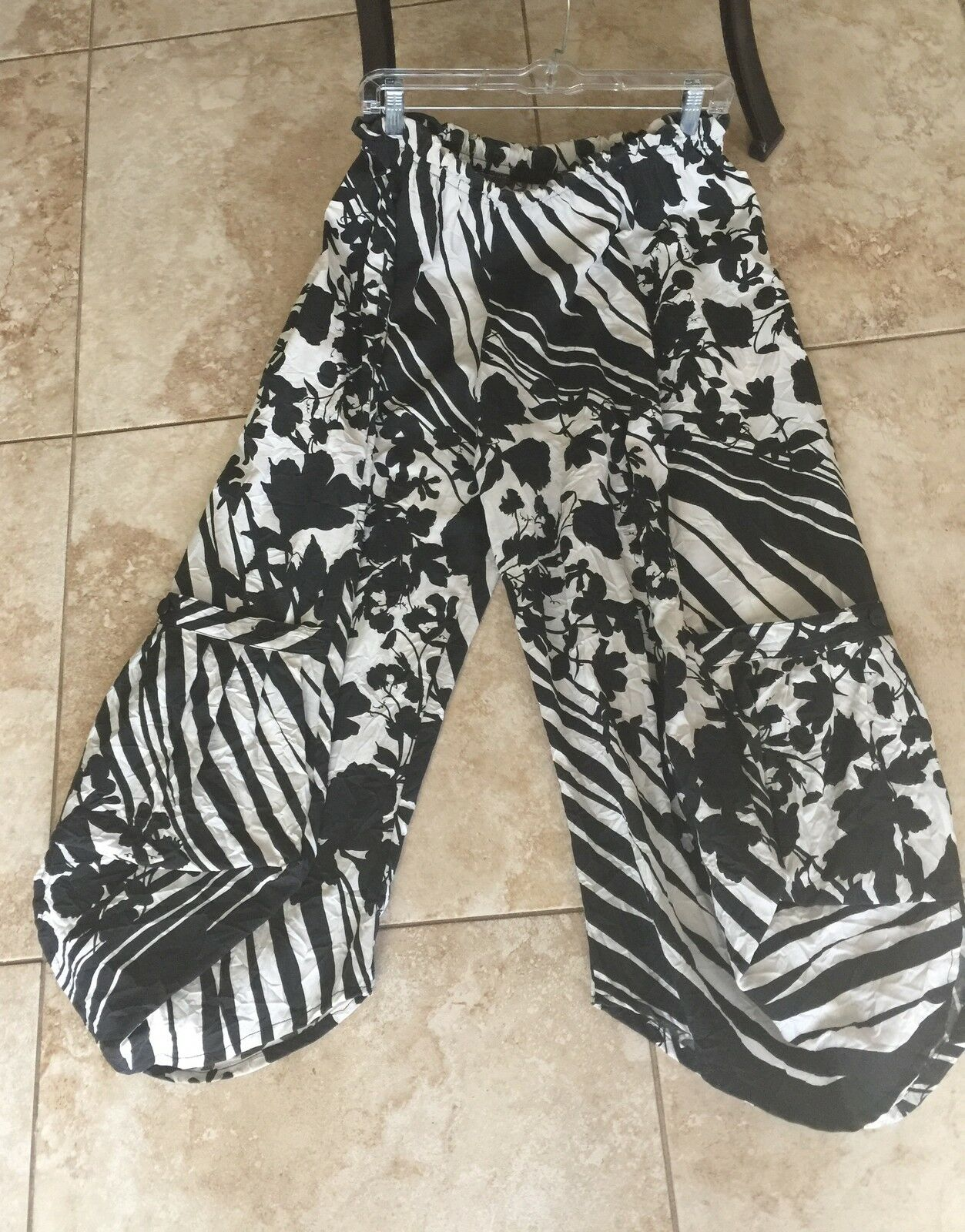 DRESSED TO KILL Jane Mohr crushed schwarz Weiß floral cargo pocket lagenlook pant