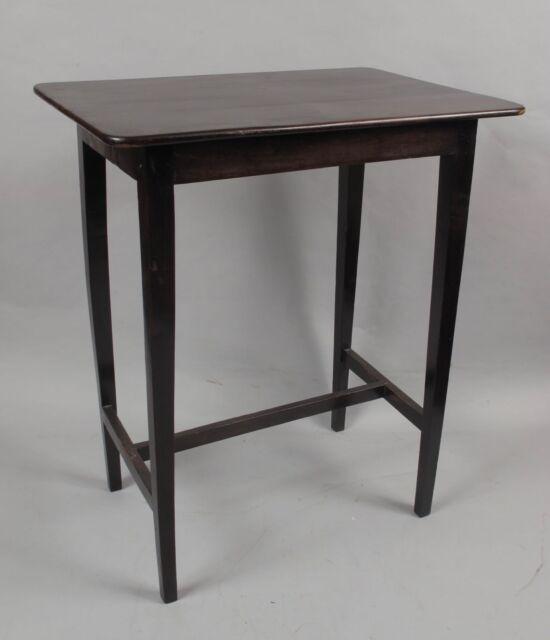 Un magnifico molto elegante tavolo in legno Yew nello stile shaker.