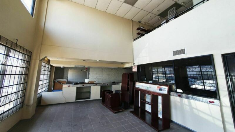 Se renta local de 300 m2 en Centro Comercial Garita de Otay, Tijuana PMR