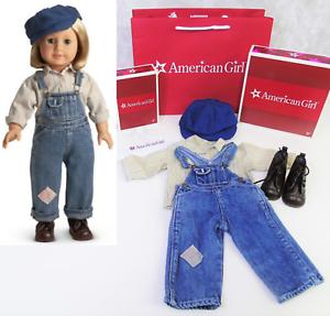 Nuevo American Girl Doll Clothes Kit Hobo Mono Traje + Caja botas de Superdry Cap Hat