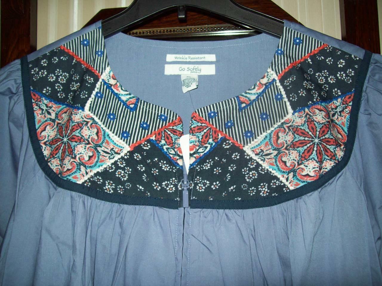 NWT GO SOFTLY WRINKLE RESIST POPLIN ZIP PATIO MUU DUSTER DRESS PATCHWORK Blau