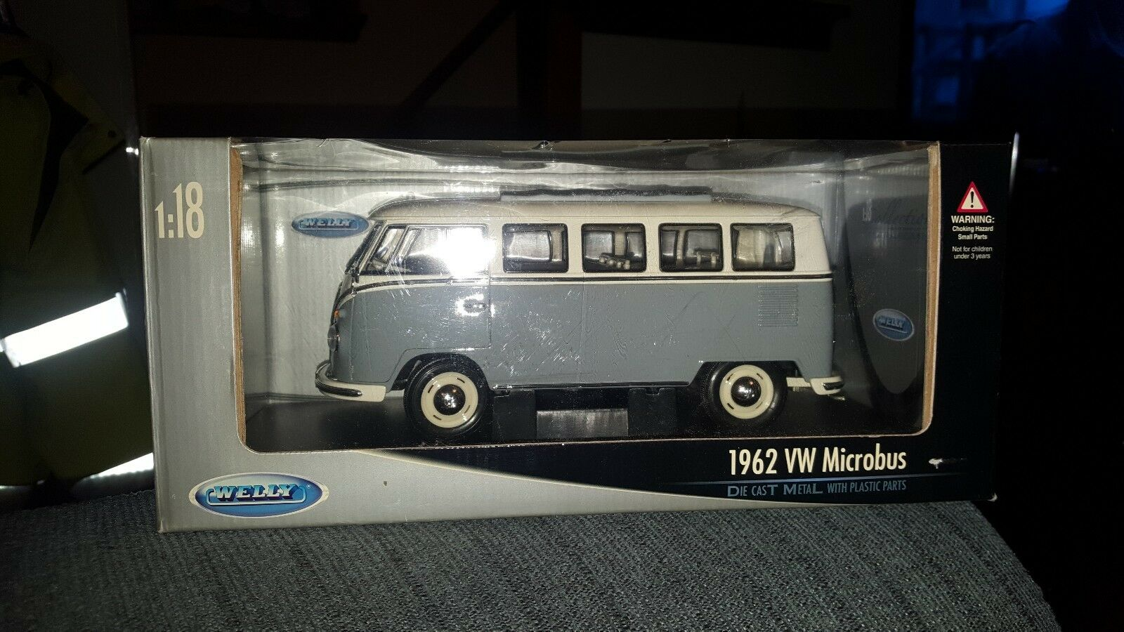 1 18 SCALE DIECAST 1962 VW MICROBUS IN blanco\azul BY WELLY.