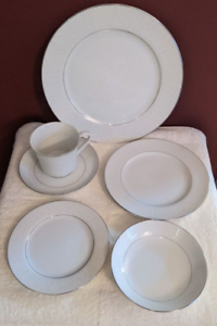 Crown-Victoria-Lovelace-48-Pc-Set-Service-for-8-Dinnerware-Fine-China