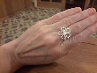 BRAND NEW 925 STAMPED SILVER DAISY RING IN SIZE Q WITH GIFT BOX