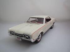 """Highway 61  Oldsmobile  442  """"1967""""  (cremeweiß/rot) 1:18  ohne Verpackung !"""
