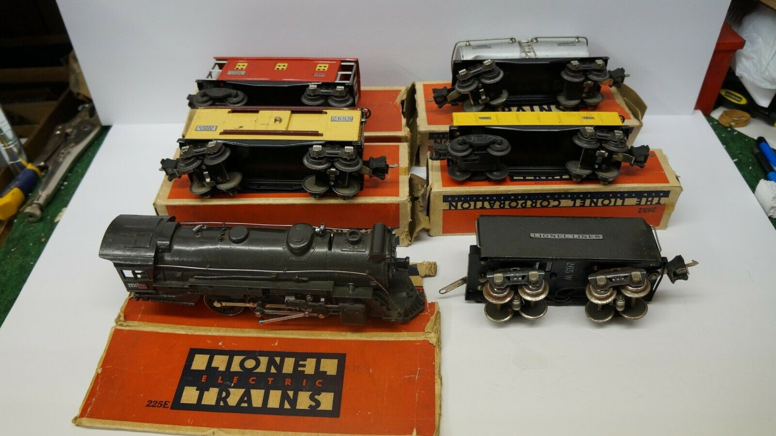 LIONEL     = E GREY  ENGINE, TENDER AND 4 FREIGHT CARS WITH BOXES