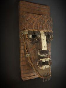 Art Africain vers 1970  grand masque bois, peau, clous Sculpture Spectaculaire