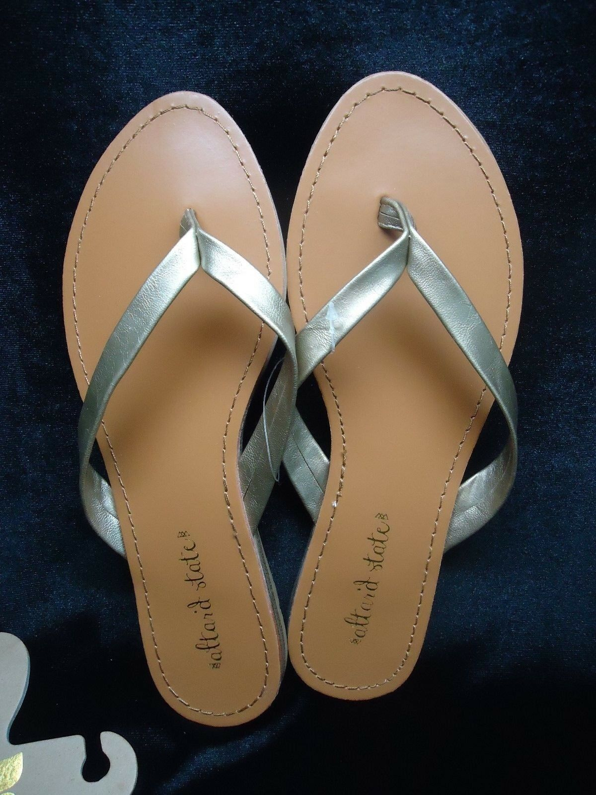 NEW $25 altar'd state Flip Flops Sizes Gold Shiny Straps Assorted Sizes Flops 6-8 NO BOX 049f21