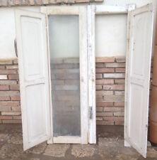 antica finestra in legno massello a due ante bugnata laccata riquadrata