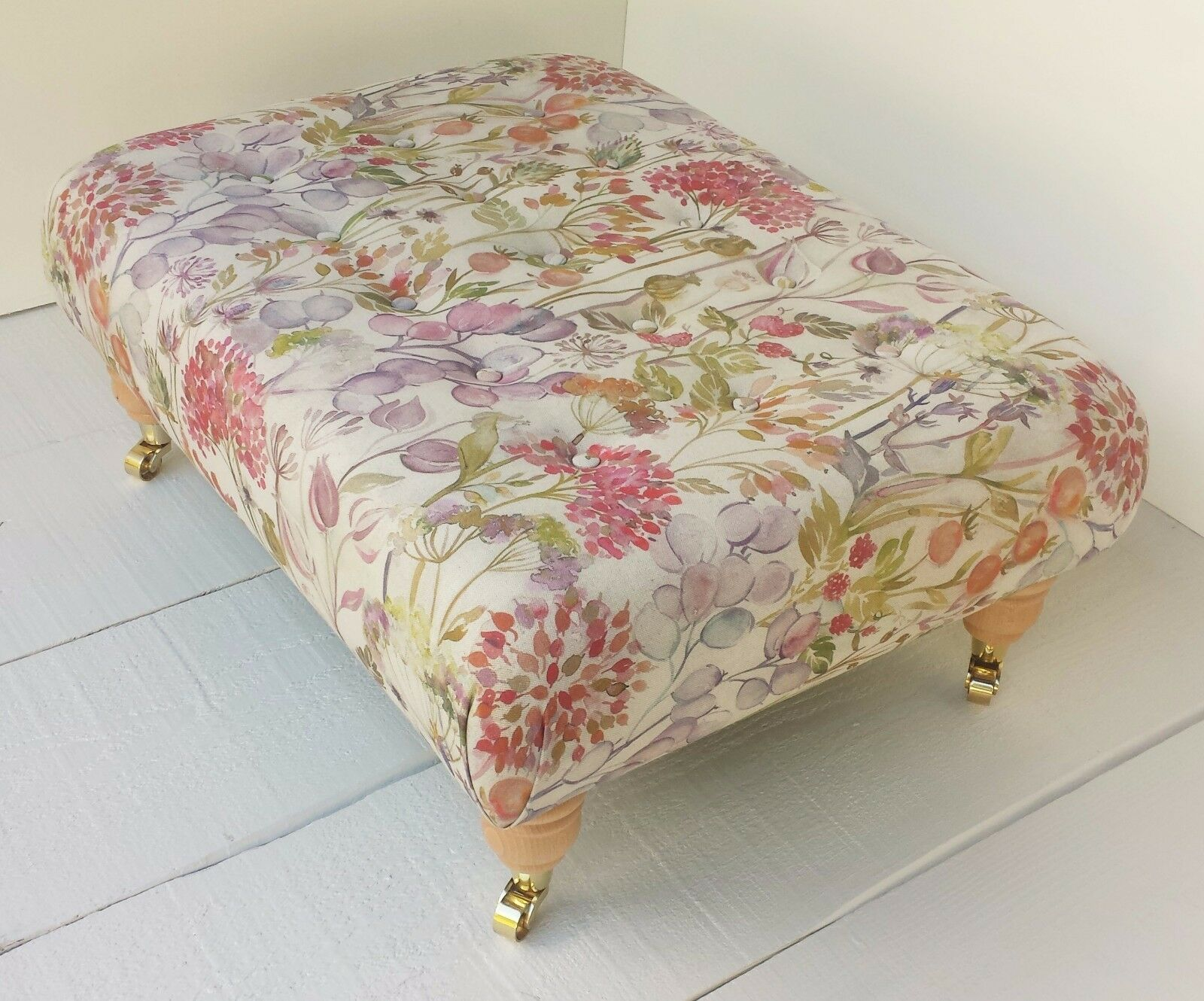Buttoned Footstool in Voyage Maison Hedgerow Autumn Fabric. Choose Größe & Legs