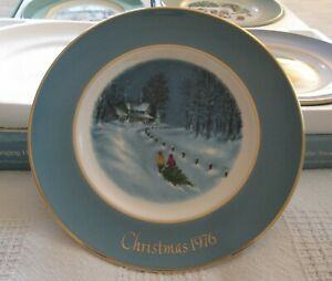 1976-Avon-Christmas-Collectible-8-3-4-Plate-Bringing-Home-The-Tree-3rd-Edition